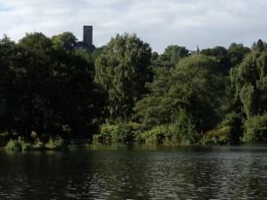 Die Ruhr mit der Burg Blankenstein im Hintergrund